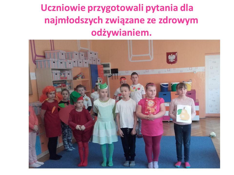 Uczennice zadawały dzieciom ciekawe zagadki dotyczące zdrowago odżywiania się.
