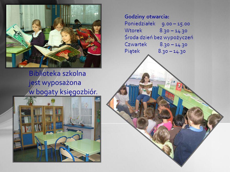 Biblioteka szkolna jest wyposażona w bogaty księgozbiór.