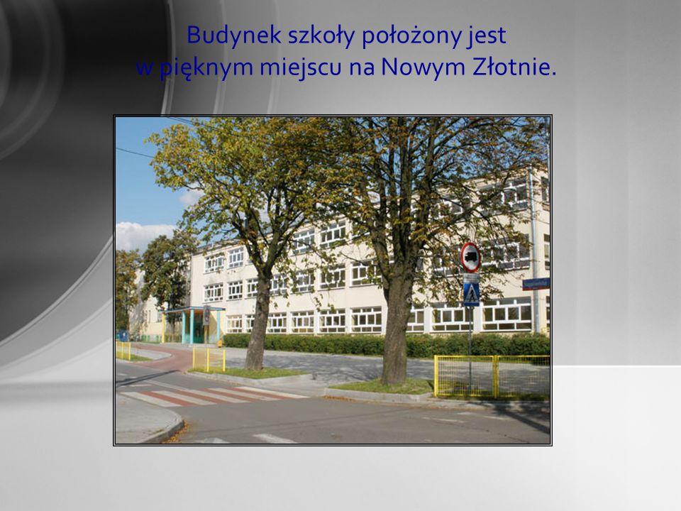 Budynek szkoły położony jest w pięknym miejscu na Nowym Złotnie.