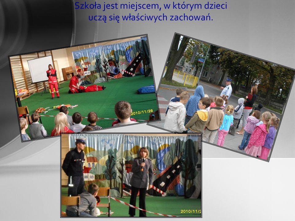 Szkoła jest miejscem, w którym dzieci uczą się właściwych zachowań.