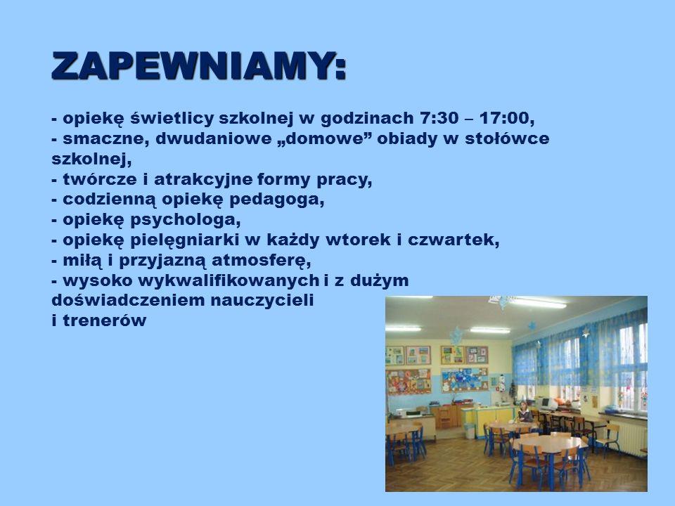 """ZAPEWNIAMY: - opiekę świetlicy szkolnej w godzinach 7:30 – 17:00, - smaczne, dwudaniowe """"domowe obiady w stołówce szkolnej, - twórcze i atrakcyjne formy pracy, - codzienną opiekę pedagoga, - opiekę psychologa, - opiekę pielęgniarki w każdy wtorek i czwartek, - miłą i przyjazną atmosferę, - wysoko wykwalifikowanych i z dużym doświadczeniem nauczycieli i trenerów"""