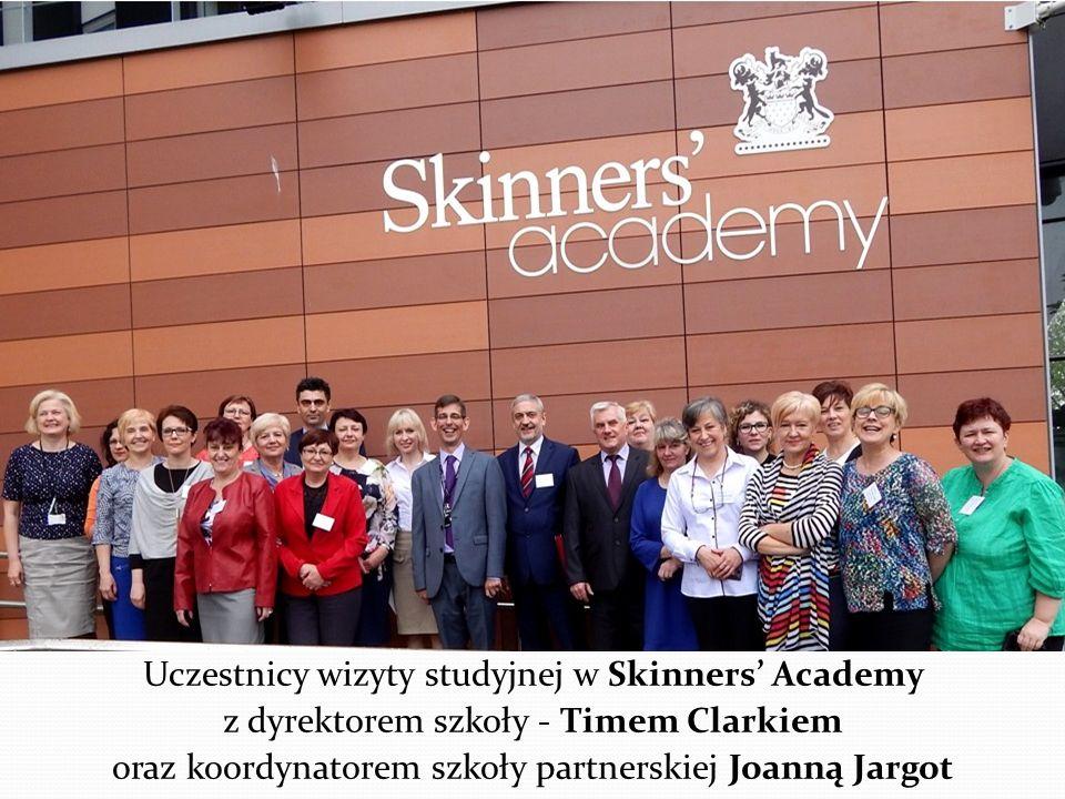 Uczestnicy wizyty studyjnej w Skinners' Academy z dyrektorem szkoły - Timem Clarkiem oraz koordynatorem szkoły partnerskiej Joanną Jargot