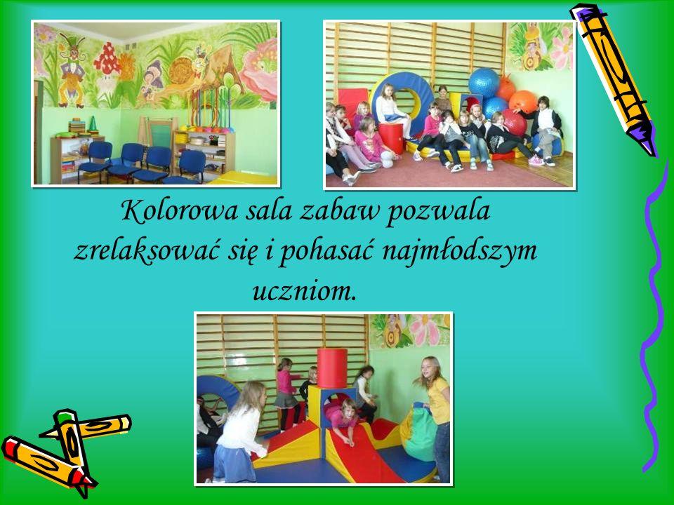. Kolorowa sala zabaw pozwala zrelaksować się i pohasać najmłodszym uczniom.