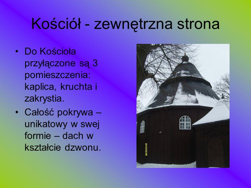 Kościół - zewnętrzna strona Do Kościoła przyłączone są 3 pomieszczenia: kaplica, kruchta i zakrystia. Całość pokrywa – unikatowy w swej formie – dach