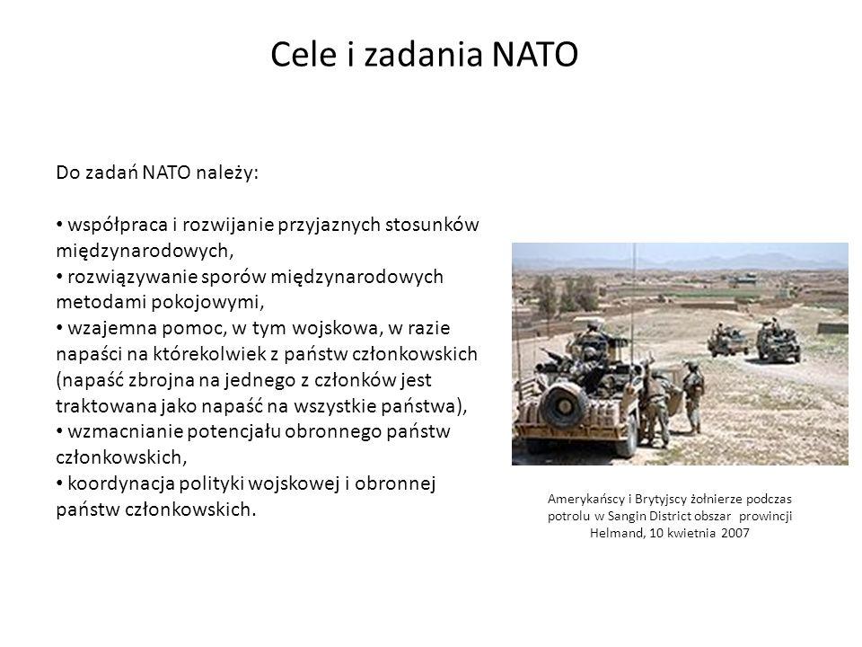 Cele i zadania NATO Do zadań NATO należy: współpraca i rozwijanie przyjaznych stosunków międzynarodowych, rozwiązywanie sporów międzynarodowych metodami pokojowymi, wzajemna pomoc, w tym wojskowa, w razie napaści na którekolwiek z państw członkowskich (napaść zbrojna na jednego z członków jest traktowana jako napaść na wszystkie państwa), wzmacnianie potencjału obronnego państw członkowskich, koordynacja polityki wojskowej i obronnej państw członkowskich.