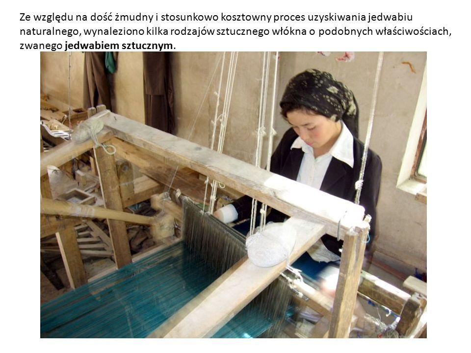 Ze względu na dość żmudny i stosunkowo kosztowny proces uzyskiwania jedwabiu naturalnego, wynaleziono kilka rodzajów sztucznego włókna o podobnych właściwościach, zwanego jedwabiem sztucznym.