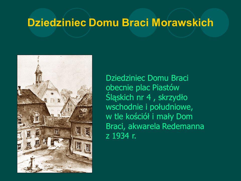 Dziedziniec Domu Braci Morawskich Dziedziniec Domu Braci obecnie plac Piastów Śląskich nr 4, skrzydło wschodnie i południowe, w tle kościół i mały Dom Braci, akwarela Redemanna z 1934 r.
