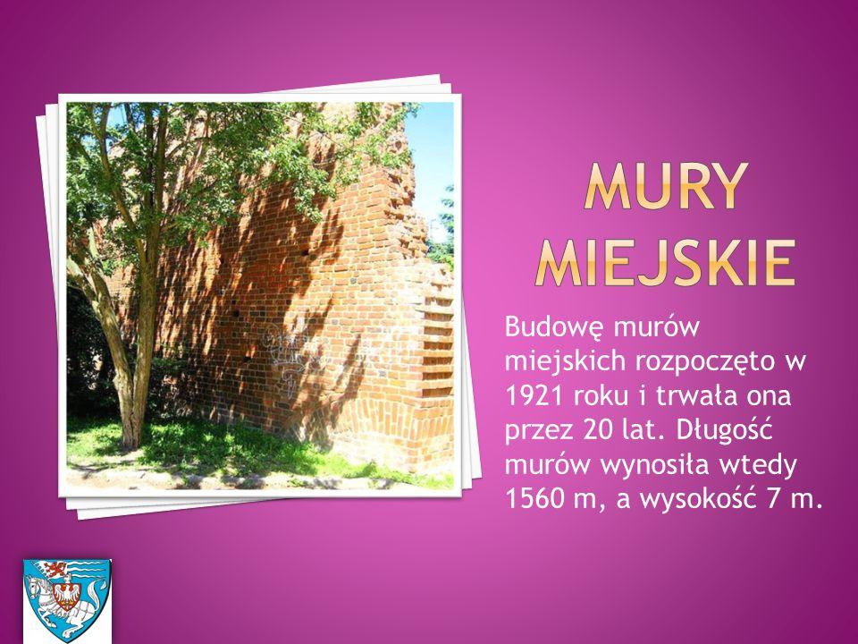 Budowę murów miejskich rozpoczęto w 1921 roku i trwała ona przez 20 lat.