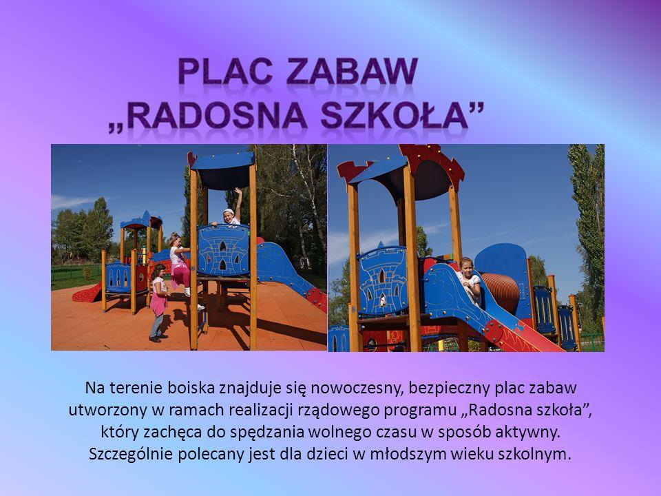 """Na terenie boiska znajduje się nowoczesny, bezpieczny plac zabaw utworzony w ramach realizacji rządowego programu """"Radosna szkoła , który zachęca do spędzania wolnego czasu w sposób aktywny."""