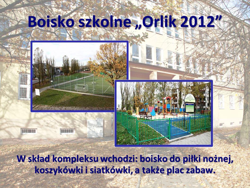 """Boisko szkolne """"Orlik 2012 W skład kompleksu wchodzi: boisko do piłki nożnej, koszykówki i siatkówki, a także plac zabaw."""