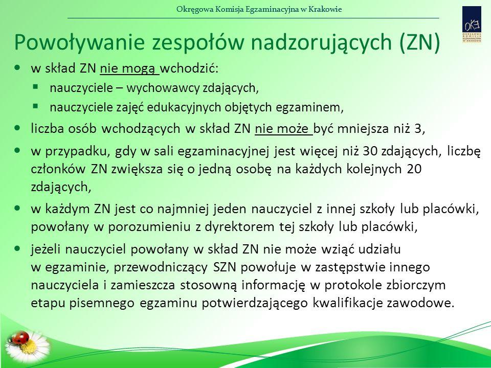 Okręgowa Komisja Egzaminacyjna w Krakowie Powoływanie zespołów nadzorujących (ZN) w skład ZN nie mogą wchodzić:  nauczyciele – wychowawcy zdających,  nauczyciele zajęć edukacyjnych objętych egzaminem, liczba osób wchodzących w skład ZN nie może być mniejsza niż 3, w przypadku, gdy w sali egzaminacyjnej jest więcej niż 30 zdających, liczbę członków ZN zwiększa się o jedną osobę na każdych kolejnych 20 zdających, w każdym ZN jest co najmniej jeden nauczyciel z innej szkoły lub placówki, powołany w porozumieniu z dyrektorem tej szkoły lub placówki, jeżeli nauczyciel powołany w skład ZN nie może wziąć udziału w egzaminie, przewodniczący SZN powołuje w zastępstwie innego nauczyciela i zamieszcza stosowną informację w protokole zbiorczym etapu pisemnego egzaminu potwierdzającego kwalifikacje zawodowe.