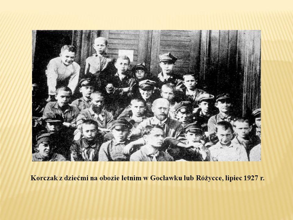 Korczak z dziećmi na obozie letnim w Gocławku lub Różycce, lipiec 1927 r.