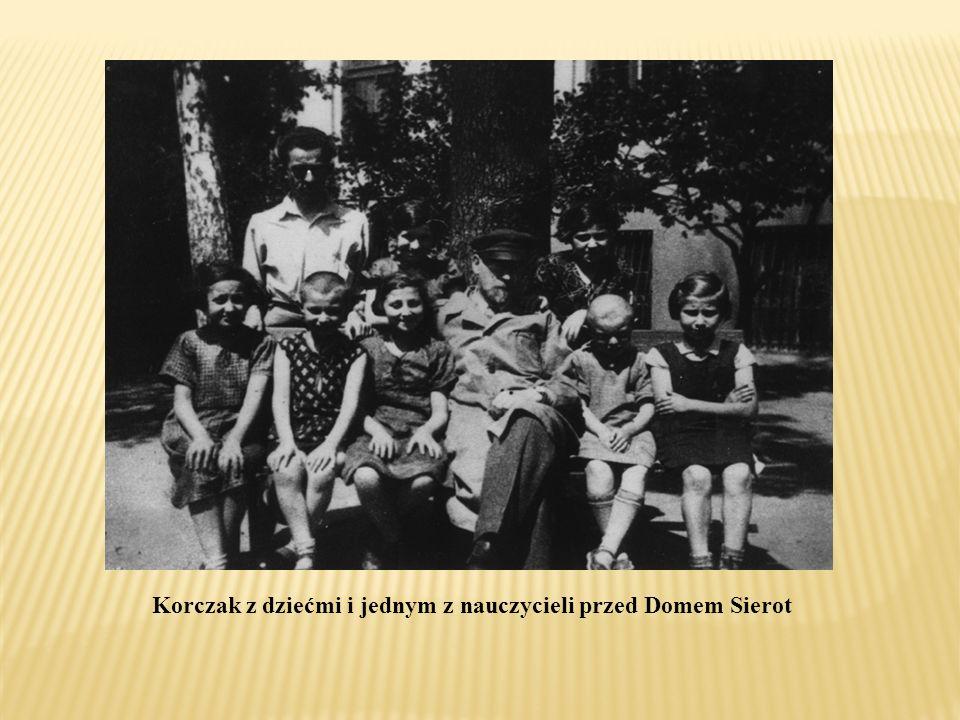 Korczak z dziećmi i jednym z nauczycieli przed Domem Sierot