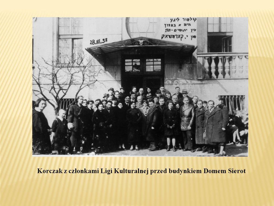 Korczak z członkami Ligi Kulturalnej przed budynkiem Domem Sierot