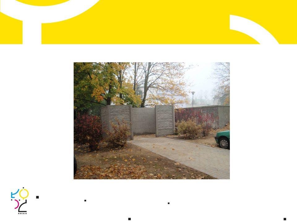 Wykonano: ogrodzenie systemowe i panelowe posesji z furtkami; rekultywację trawnika wraz z nasadzeniami iglaków; nasadzenia szpaleru 2-metrowych thui.