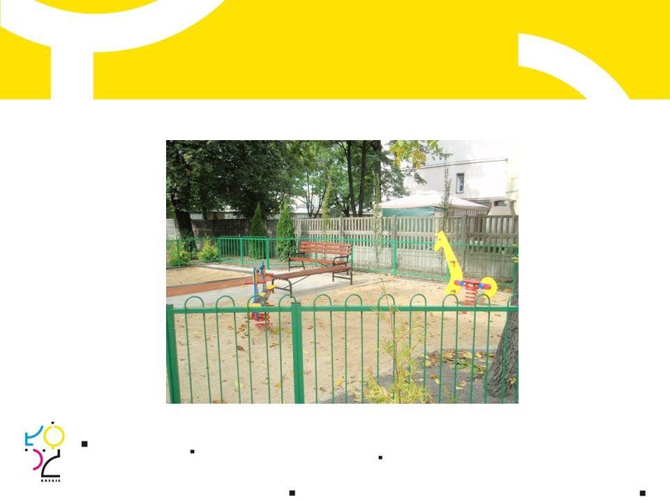 """W ramach programu """"Zielone podwórka w 2012 roku zrealizowano 9 nowych współfinansowanych przez Miasto projektów, które wzbogaciły przestrzeń publiczną o nowe elementy małej architektury i zieleni korzystnie wpływające na estetykę otoczenia."""