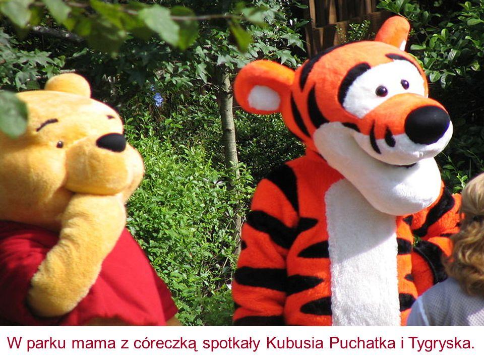 W parku mama z córeczką spotkały Kubusia Puchatka i Tygryska.