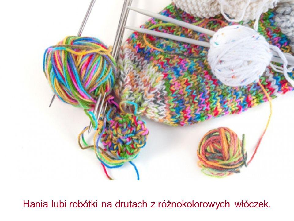Hania lubi robótki na drutach z różnokolorowych włóczek.