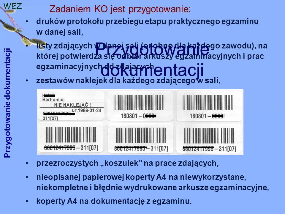 """WEZ druków protokołu przebiegu etapu praktycznego egzaminu w danej sali, listy zdających w danej sali (osobno dla każdego zawodu), na której potwierdza się odbiór arkuszy egzaminacyjnych i prac egzaminacyjnych od zdających, zestawów naklejek dla każdego zdającego w sali, przezroczystych """"koszulek na prace zdających, nieopisanej papierowej koperty A4 na niewykorzystane, niekompletne i błędnie wydrukowane arkusze egzaminacyjne, koperty A4 na dokumentację z egzaminu."""
