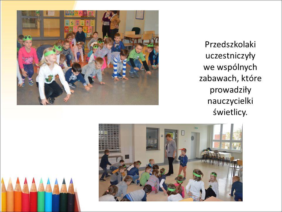 Przedszkolaki uczestniczyły we wspólnych zabawach, które prowadziły nauczycielki świetlicy.