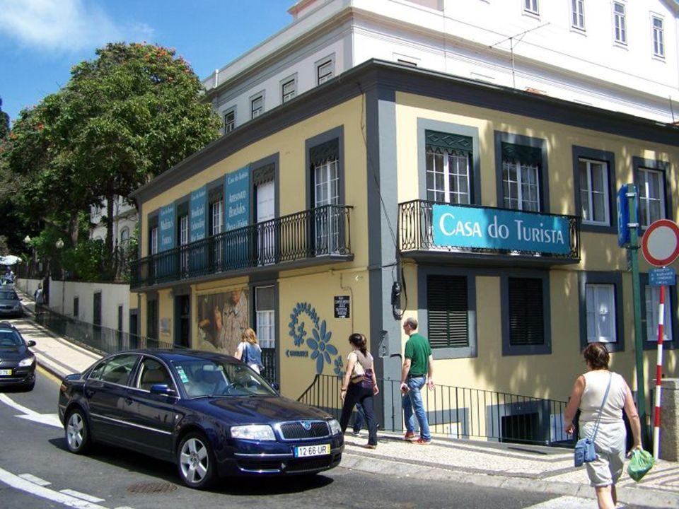Budynek ozdobiony płytkami azulejos przy jednej z ulic w pobliżu portu.
