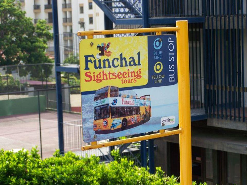 Funchal leży, w pięknej zatoce obrzeżonej zielonymi wzgórzami i głębokimi dolinami.