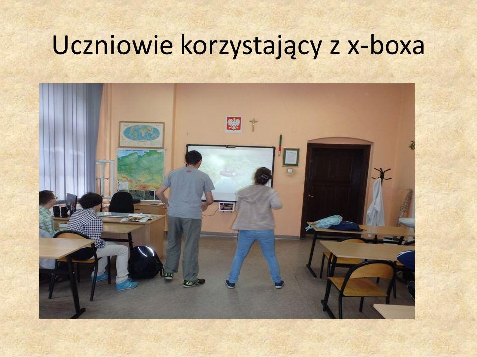 Uczniowie korzystający z x-boxa