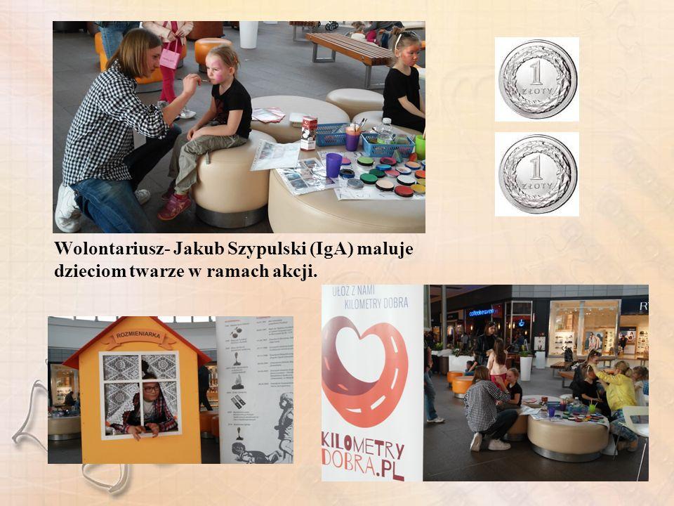Wolontariusz- Jakub Szypulski (IgA) maluje dzieciom twarze w ramach akcji.