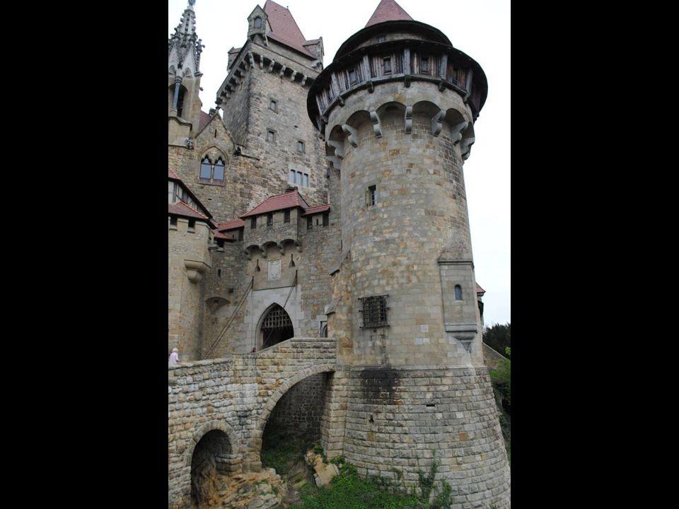 Zamek Kreuzenstein Majestatyczny średniowieczny zamek Kreuzenstein położony jest niedaleko Leobendorfu w Dolnej Austrii. Jego historia sięga początków