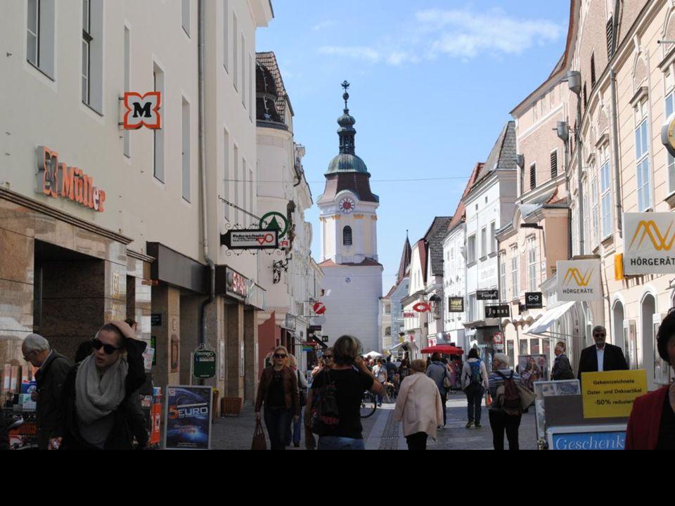 Jednym z najważniejszych zabytków Starego Miasta Krems jest wzniesiona pod koniec XV wieku jako część fortyfikacji miejskich brama Steiner Tor. Przebu