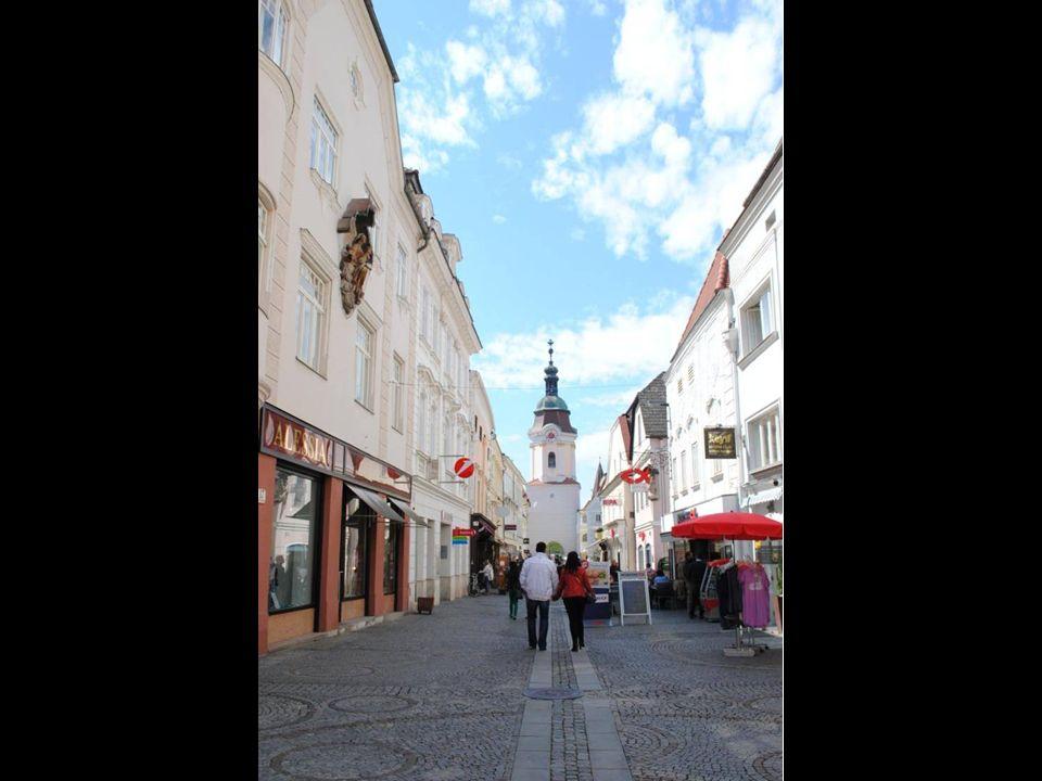 Zachwycają liczne kamienice mieszczańskie gotyckie, renesansowe i barokowe i pałace
