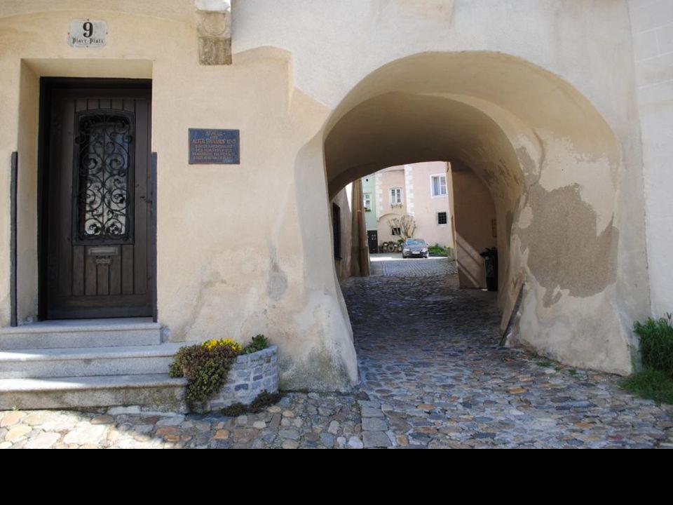 Zmierzamy zadaszonym przejściem po schodach na wzgórze do Kościoła Pijarów
