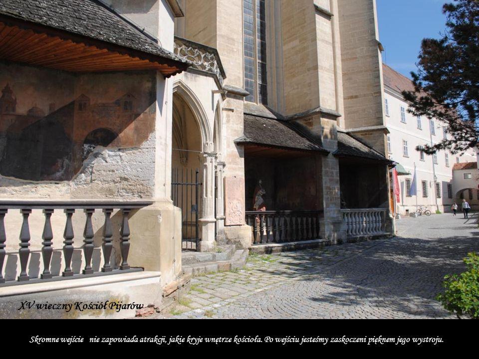 Skromne wejście nie zapowiada atrakcji, jakie kryje wnętrze kościoła.