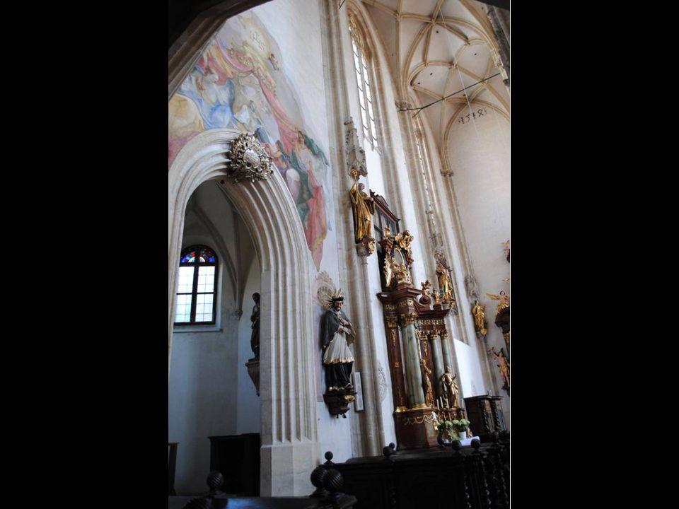 Skromne wejście nie zapowiada atrakcji, jakie kryje wnętrze kościoła. Po wejściu jesteśmy zaskoczeni pięknem jego wystroju. XV wieczny Kościół Pijarów