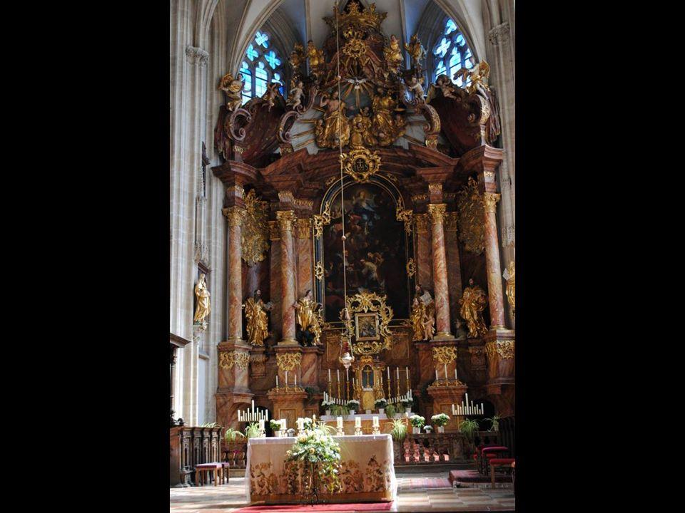 Późnogotyckie wnętrze z ładnym gwiaździstym sklepieniem zawiera kilka barokowych ołtarzy miejscowego mistrza rzeźbiarskiego Martina Schmidta.
