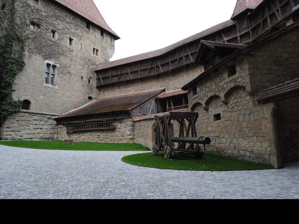 W Zbrojowni zamkowej znajduje się jedna z największych w Austrii prywatna kolekcja broni historycznej w tym: zbroje, hełmy, tarcze i ochraniacze dla k