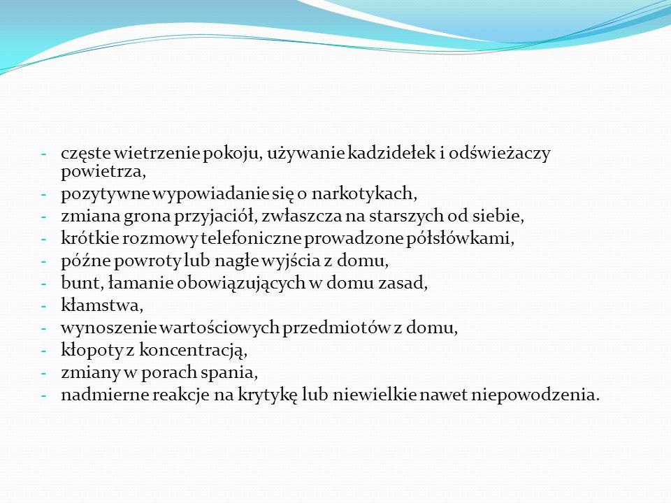 """Objawy zatrucia dopalaczami: - nagły wzrost temperatury ciała, - nadmierna wesołość lub przygnębienie, - wymioty i nudności, - pobudzenie psychoruchowe – bezsenność, przypływ sił i energii, - """"plątanie się języka, bełkotliwa, powolna mowa, - w ostrym przypadku zatrucia brak kontroli nad potrzebami fizjologicznymi, - agresywne zachowanie, - przyspieszona akcja serca."""