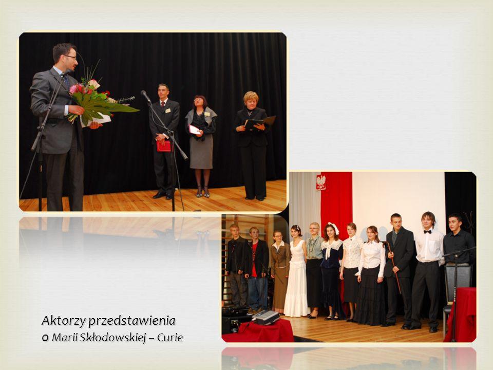 Hymn szkoły śpiewany pod kierunkiem kompozytora hymnu Andrzeja Wierzbowskiego – absolwenta 1975