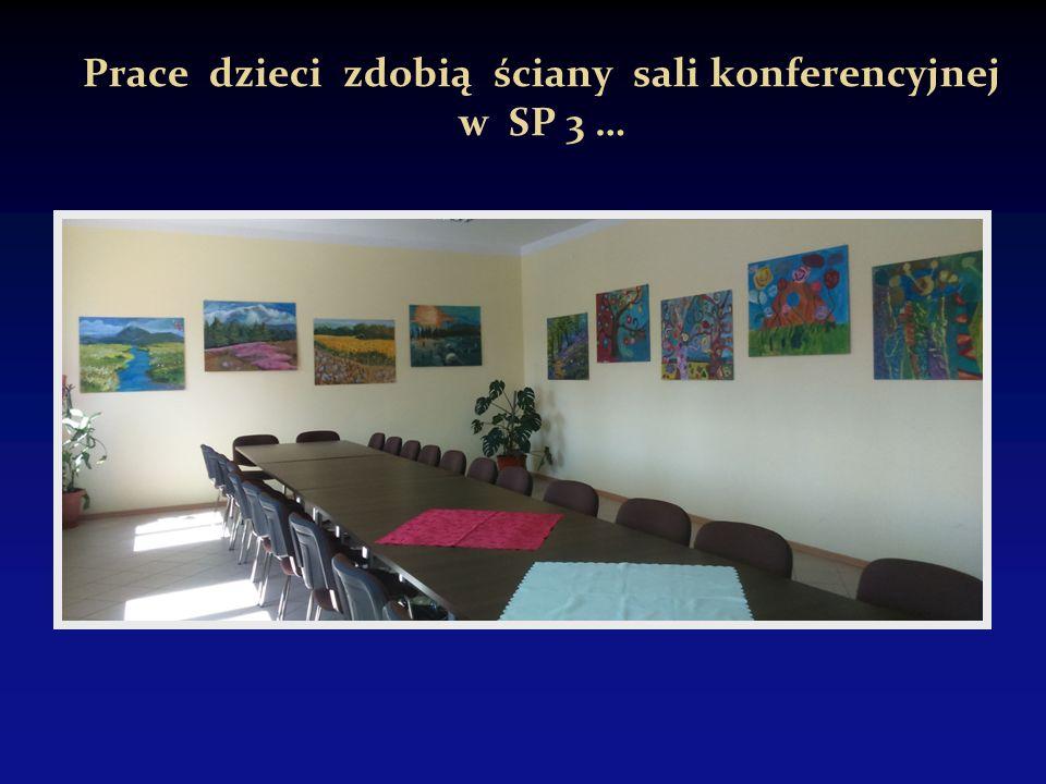 Prace dzieci zdobią ściany sali konferencyjnej w SP 3 …