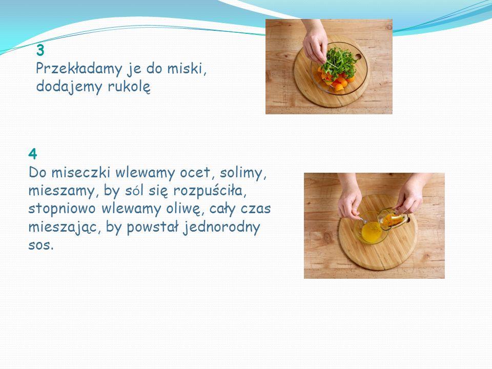 3 Przekładamy je do miski, dodajemy rukolę 4 Do miseczki wlewamy ocet, solimy, mieszamy, by s ó l się rozpuściła, stopniowo wlewamy oliwę, cały czas mieszając, by powstał jednorodny sos.