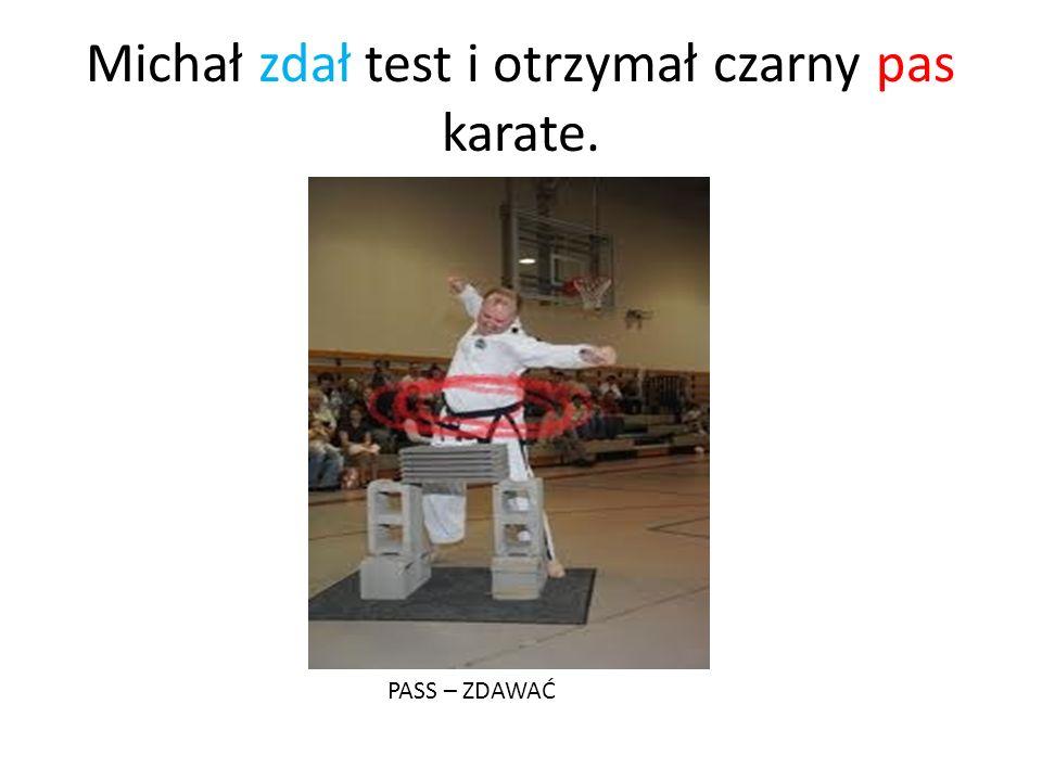 Michał zdał test i otrzymał czarny pas karate. PASS – ZDAWAĆ