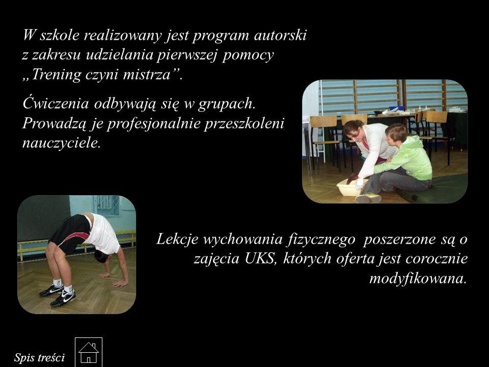 """W szkole realizowany jest program autorski z zakresu udzielania pierwszej pomocy """"Trening czyni mistrza"""". Ćwiczenia odbywają się w grupach. Prowadzą j"""