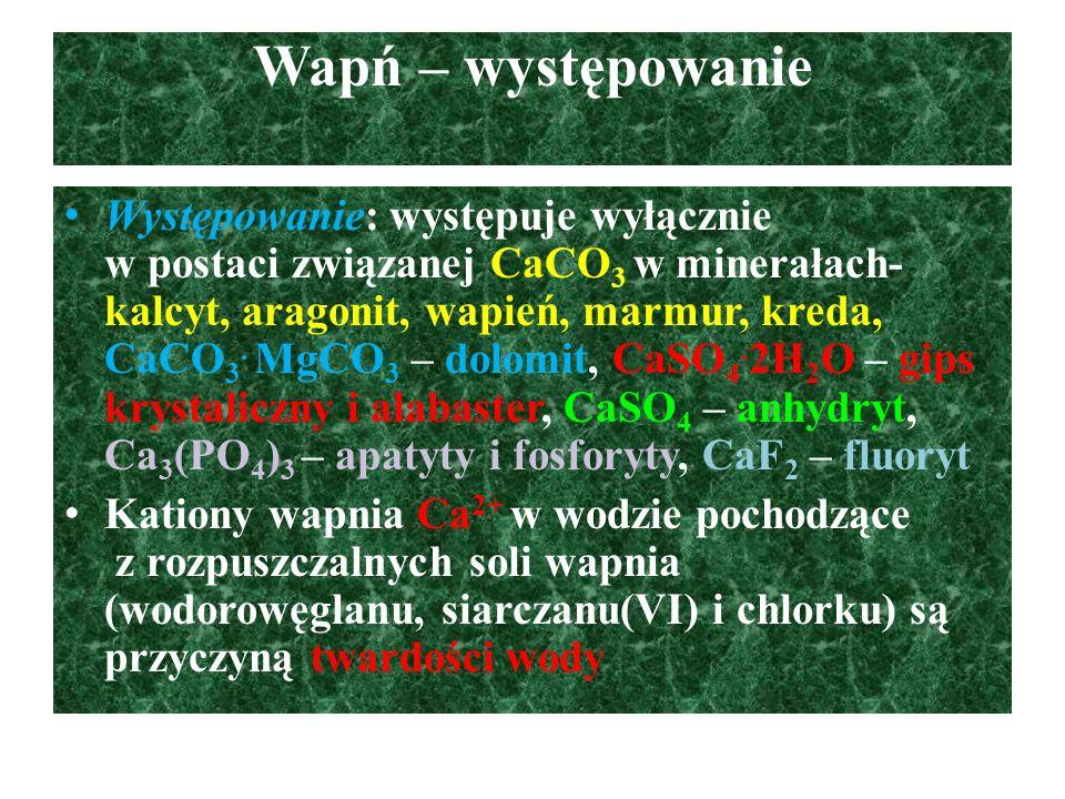 Wapń – otrzymywanie Elektroliza stopionego chloru wapnia: CaCl 2  Ca 2+ + 2Cl - K(-): Ca 2+ + 2e -  Ca A(+): 2Cl -  Cl 2 + 2e - Redukcja glinem CaCO 3 3CaCO 3 + 2Al  3Ca + Al 2 (CO 3 ) 3