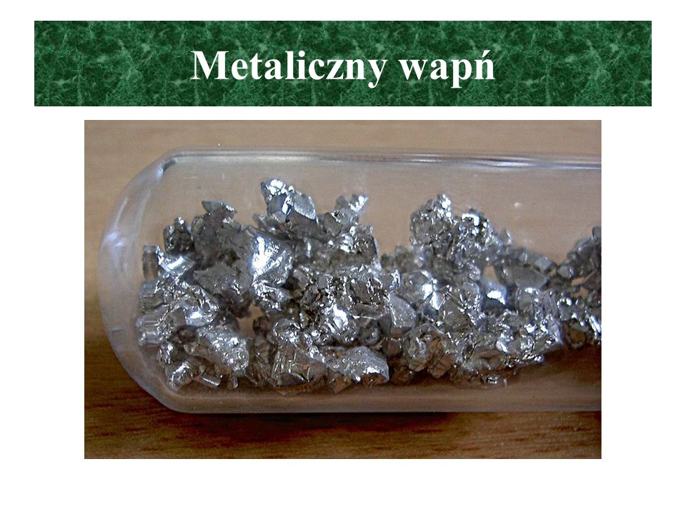 Zastosowanie wapnia i jego związków Metaliczny wapń: w metalurgii do odtlenienia i odsiarczania metali i ich stopów, odsiarczanie produktów naftowych CaCO 3, Ca(OH) 2, CaO: materiały budowlane, nawozy do odkwaszania gleb, w przemyśle szklarskim, cukierniczym CaC 2 –karbid: do otrzymywanie etynu (acetylenu) CaSO 4.
