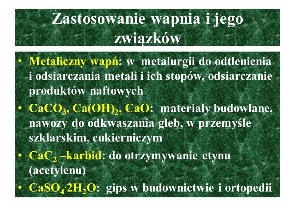 Wapń – właściwości fizyczne W związkach występuje ma stopniu utlenienia +II, jest elektronodawcą, jest dobrym reduktorem, tworzy związki o wiązaniach jonowych Srebrzystobiały metal z metalicznym połyskiem dość twardy i kruchy, o gęstości większej od gęstości wody, na powietrzu matowieje w wyniku wchodzenia w reakcję z tlenem, wodą i CO 2, wapń i jego kationy barwią płomień palnika na kolor ceglastoczerwony