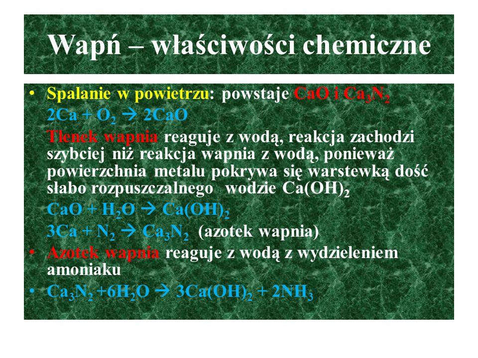Ważniejsze związki wapnia - cd Tlenek wapnia (wapno palone) – CaO: biała, krystaliczna substancja pochłaniająca z powietrza H 2 O i CO 2, otrzymuje się w procesie prażenia węglanu(IV) wapnia, wapno palone stosowane jest w budownictwie do zapraw tynkarskich, malarskich i murarskich CaO gwałtownie reaguje z wodą (proces gaszenia wapna palonego jest silnie egzoenergetyczny) CaO + H 2 O  Ca(OH) 2 Proces twardnienia zapraw murarskich (ciasto wapienne + piasek) – proces bardzo powolny Ca(OH) 2 + CO 2  CaCO 3 + H 2 O Ca(OH) 2 + SiO 2  CaSiO 3 + H 2 O Prażony tlenek z węglem: CaO + 3C  CaC 2 + CO