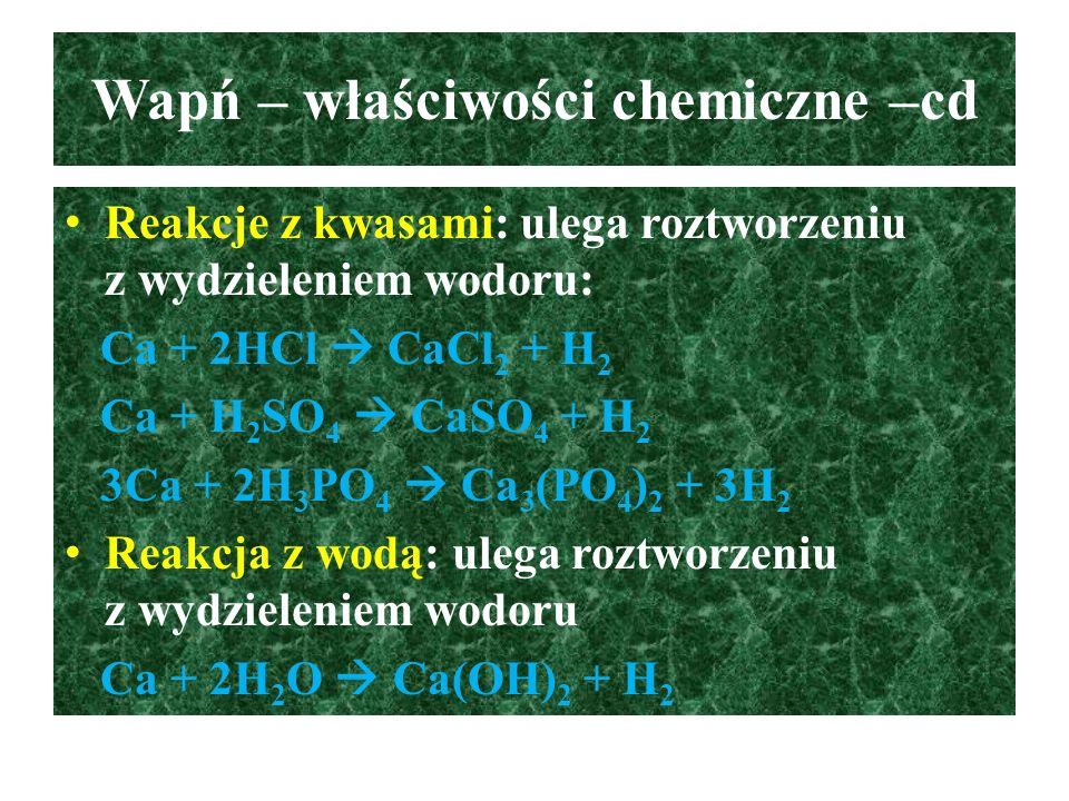 Ważniejsze związki wapnia - cd Wodorotlenek wapnia (wapno gaszone) – Ca(OH) 2 : substancja stała, krystaliczna, słabo rozpuszczalna w wodzie, ale prawie całkowicie zdysocjowana (jest mocnym elektrolitem, silną zasadą), powoduje poparzenia chemiczne i termiczne skóry, błon śluzowych Wodorotlenek wapnia reaguje z CO 2 Ca(OH) 2 + CO 2  CaCO 3 + H 2 O Ca(OH) 2 + 2CO 2  Ca(HCO 3 ) 2 (aq) przy nadmiarze CO 2 Zastosowanie: ciasto wapienne stosowane do zapraw murarskich i tynkarskich, mleko wapienne do bielenia ścian i dezynfekcji, nienasycony roztwór wodorotlenku wapnia stosowany jest do wykrywania CO 2.