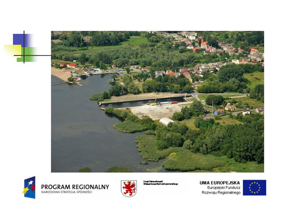 Stan techniczny Portu Znaczne przemieszczenia poziome korony nabrzeża powstałe w wyniku przeciążeń nabrzeża po wybudowaniu stanowisk przeładunkowych w 1985 r.