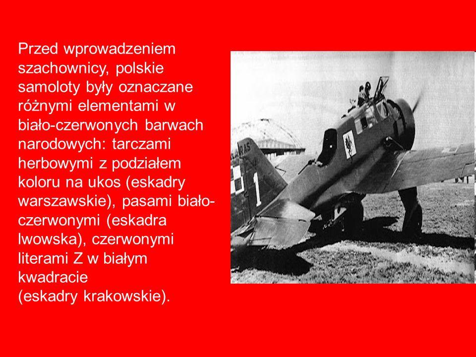Przed wprowadzeniem szachownicy, polskie samoloty były oznaczane różnymi elementami w biało-czerwonych barwach narodowych: tarczami herbowymi z podziałem koloru na ukos (eskadry warszawskie), pasami biało- czerwonymi (eskadra lwowska), czerwonymi literami Z w białym kwadracie (eskadry krakowskie).