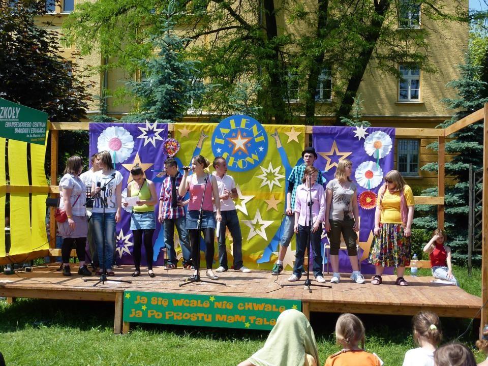 CZERWIEC TalentShow prowadzony przez Magdę Nasiek, w tle dekoracja Piotra Knychały – 8.06.